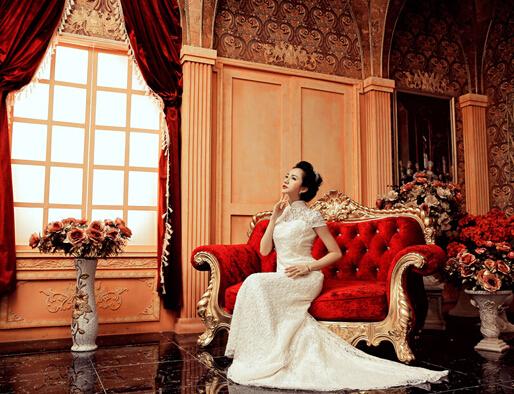 楼梯作为拍摄韩式婚纱照的背景,无论是选装的楼梯还是普通的阶梯,只要