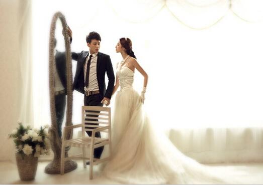 首页 生活 婚庆 结婚攻略  用楼梯做拍摄韩式婚纱照的背景,能凸显出