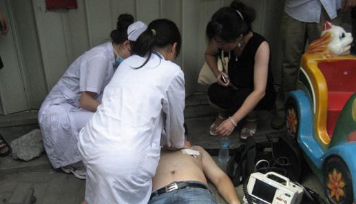 湖北谷城:路人突然抽搐倒地 女护士跪地救人图片