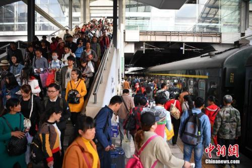 资料图:2018年3月12日,旅客在昆明火车站进站乘车。<a target='_blank' href='http://www.chinanews.com/'><p  align=