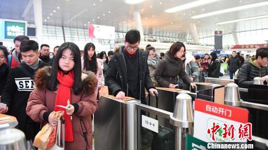 春运期间的杭州东站。 张煜欢 摄