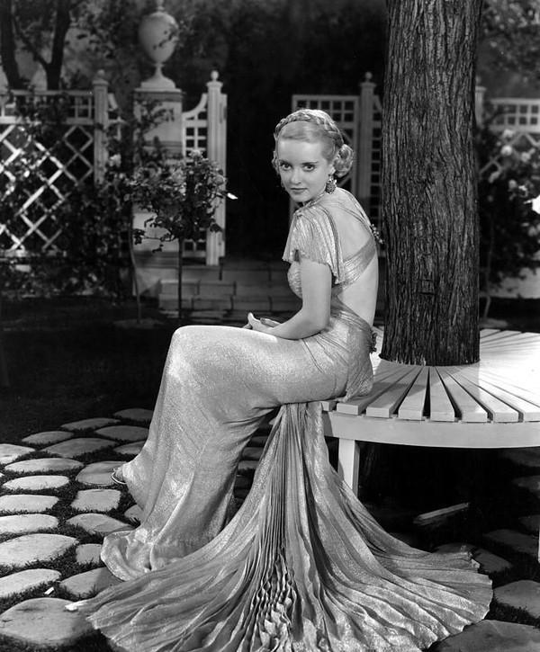 贝蒂 戴维斯/薄纱、光感的贴身礼服在贝蒂·戴维斯的身上展现的淋漓尽致,无论...