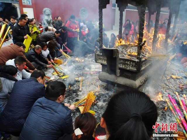 大年初五民众烧香拜财神