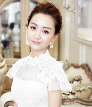 大气知性的无刘海盘发也是新娘发型设计不错的选择,蓬松感露额盘发留