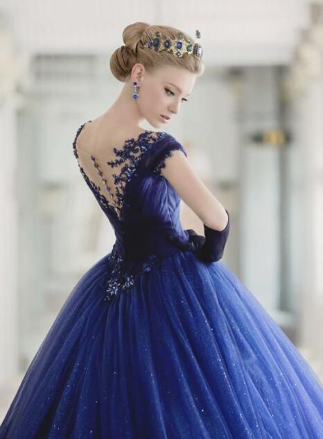 近年来礼服设计师们用创意挖掘出属于这个色彩的崭新性格,突破传统
