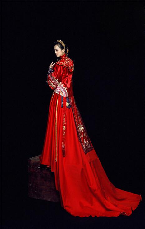 首页 生活 婚庆 婚纱礼服  在婚礼宴会中,新潮的中式婚服在现代设计师