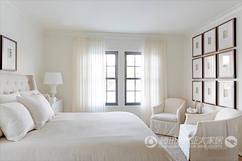 床、床头柜、太妃椅,最多还有一对沙发,除此之外就没有其他太多家具在里面。我们通常都会将衣柜放在卧室里面,这样显然让整个空间变狭小了。 再来看看颜色,基本上都是白色、灰色为主,为什么选择这两个色调,一个是增加空间感,另外一个就是特别好搭配,耐看。 卧室同样需要装饰画来映衬
