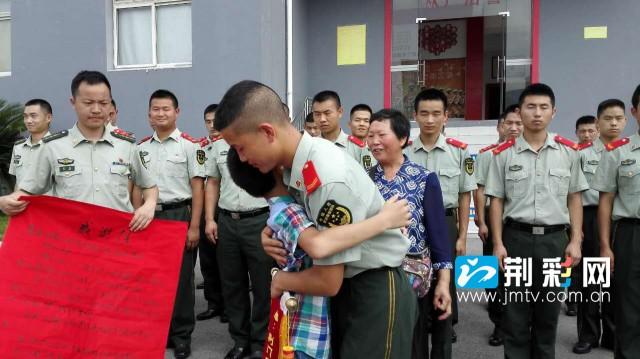 小佳俊为叔叔送锦旗 说我也要当消防员