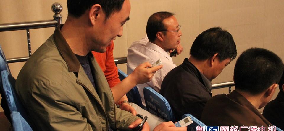现场观众通过手中的表决器对场上被问政单位或领导的回答和表态做出选择